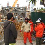 Lắp đặt cẩu tháp tại địa điểm công trình