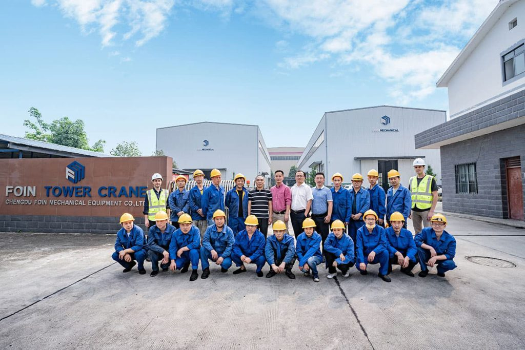 Ảnh nhóm của một số nhân viên trước nhà máy cẩu tháp FOIN